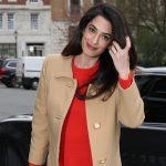 Беременная Амаль Клуни в ярком платье идет на работу в Лондоне
