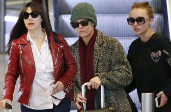 Все в сборе: Моника Белуччи, Ванесса Паради и Лили-Роуз Депп встретились в аэропорту Парижа