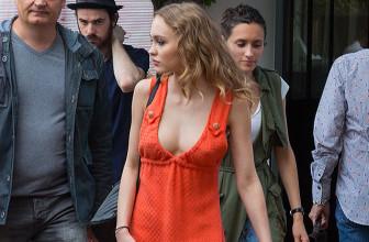 Уличный стиль знаменитости: Лили-Роуз Депп в оранжевом мини-платье в Каннах