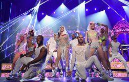 Эпичное выступление Шер на Billboard Music Awards: откровенные наряды 71-летней певицы
