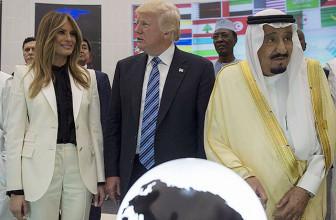 СМИ: гардероб Мелании Трамп — способ «молчаливого протеста»