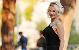 Памела Андерсон поразила гостей модного показа в Монако своим откровенным нарядом